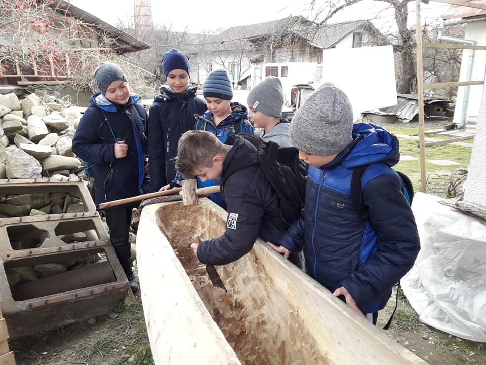 Як юні прикарпатці середньовічний човен майстрували (фоторепортаж)