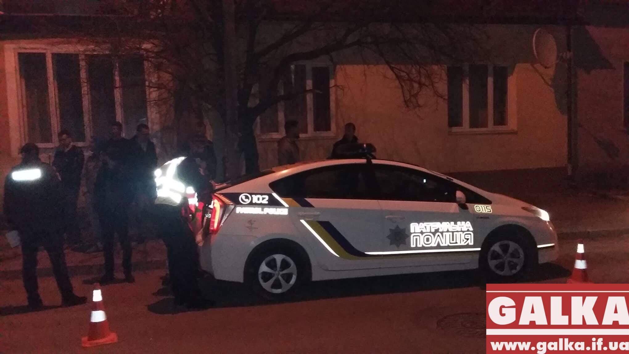 В Івано-Франківську молодий водій у п'яному стані розбив свій щойно придбаний автомобіль, при цьому ледь не збив випадкову перехожу (фоторепортаж)