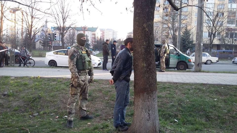 У Пасічній посеред вулиці гучне затримання групи злочинців (ФОТО, ВІДЕО, ОНОВЛЕНО)