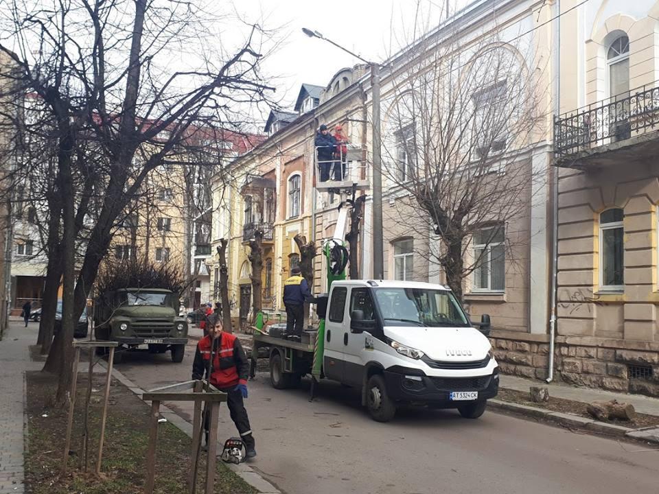 Ще одна франківська вулиця отримала нове освітлення (фоторепортаж)