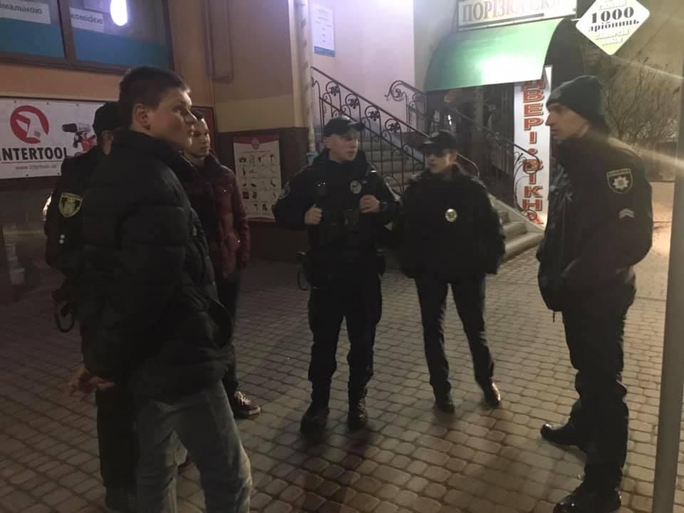 У центрі Франківська спіймали юнака, який трощив рекламну вітрину (ФОТО)