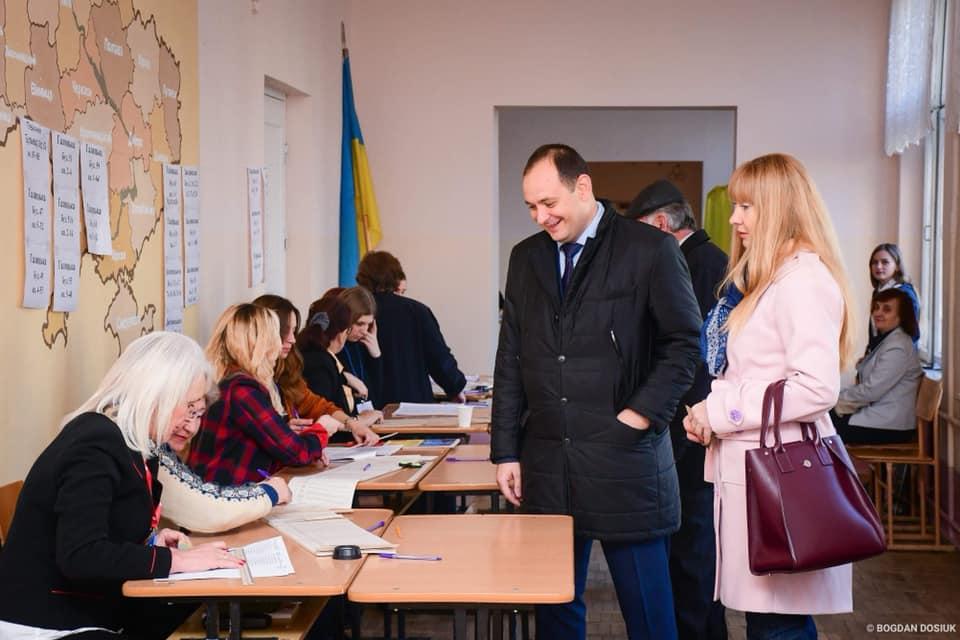 """""""Прийди і проголосуй!"""", – мер Франківська вже віддав свій голос на виборах (ФОТО)"""