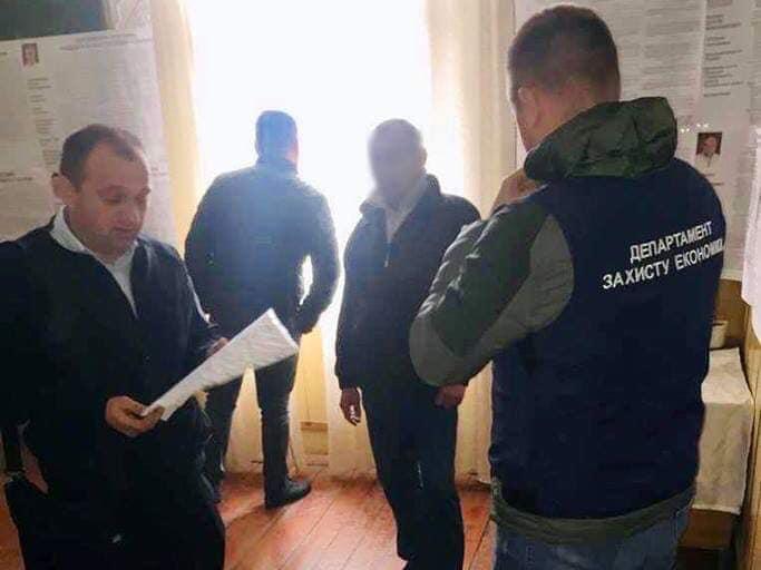 На Прикарпатті сільський голова попався на хабарі у тисячу доларів (ФОТО)