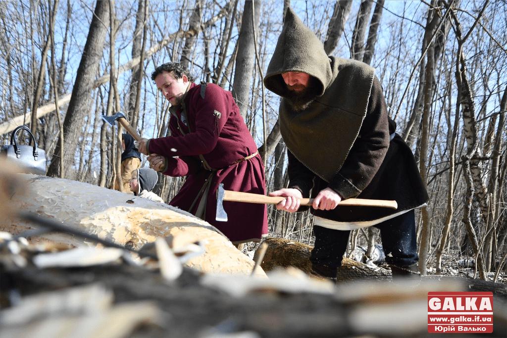 У лісі під Франківськом облаштувалися диваки, які будують середньовічні кораблі (ФОТО)