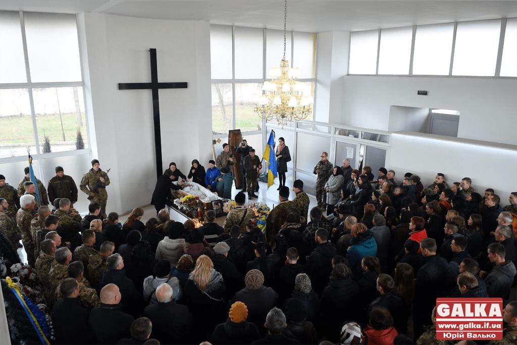 Сотні франківців проводжають в останню путь 19-річного бійця Артура Бурлаку (ФОТО)