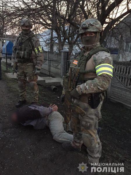 На Буковині двоє прикарпатців зв'язали і пограбували жінку (фоторепортаж)