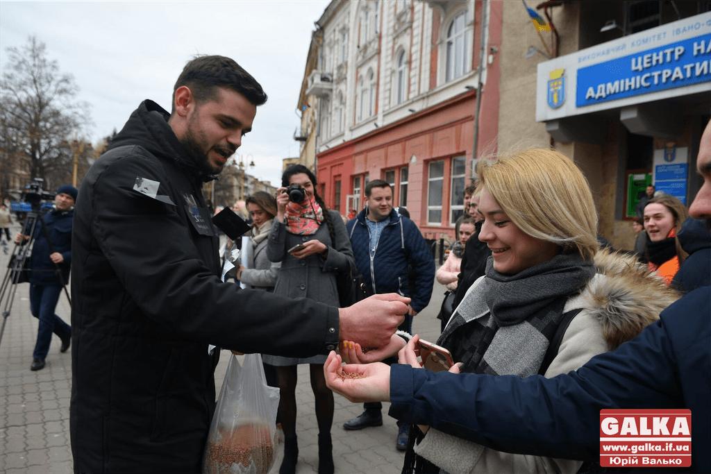 У центрі Франківська людям роздавали гречку, аби нагадати про чесні вибори (ФОТО)