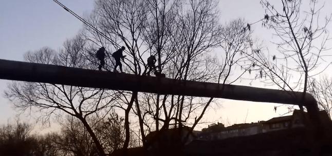 У Франківську троє школярів ризикуючи життям гуляли по трубі через Бистрицю Надвірнянську (відеофакт)
