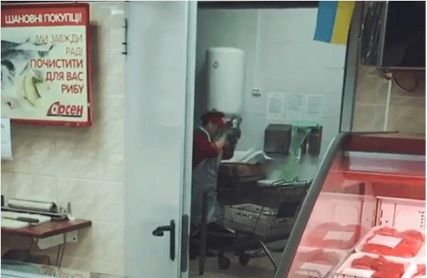Рибою об підлогу: як у франківському супермаркеті поводяться з продуктами (ВІДЕО)