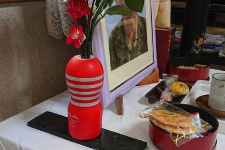 Японець випадково прикрасив урну з прахом покійної дружини секс-іграшкою (ФОТО)