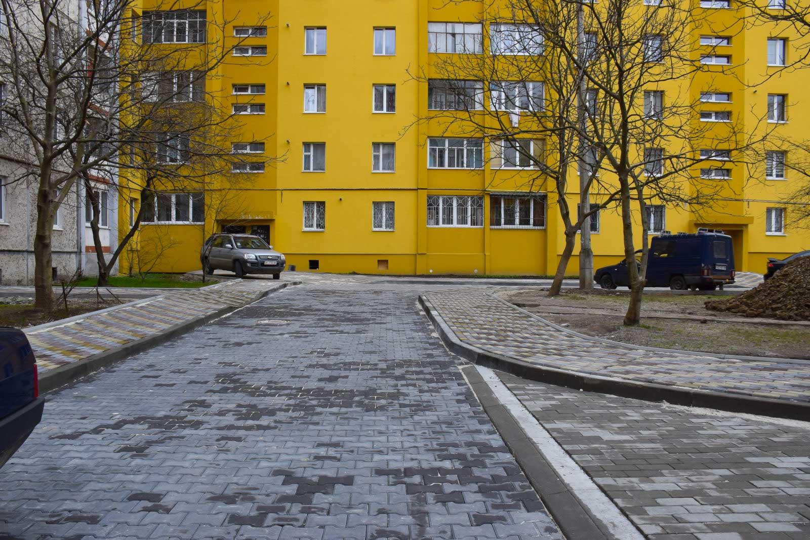 У Франківську комплексно ремонтують двори на вулиці Івана Павла ІІ (ФОТО)