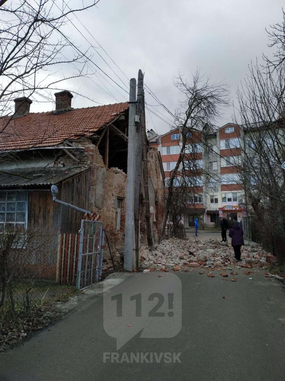 У Вовчинцях на тротуар обвалилася стіна будинку (ФОТОФАКТ)