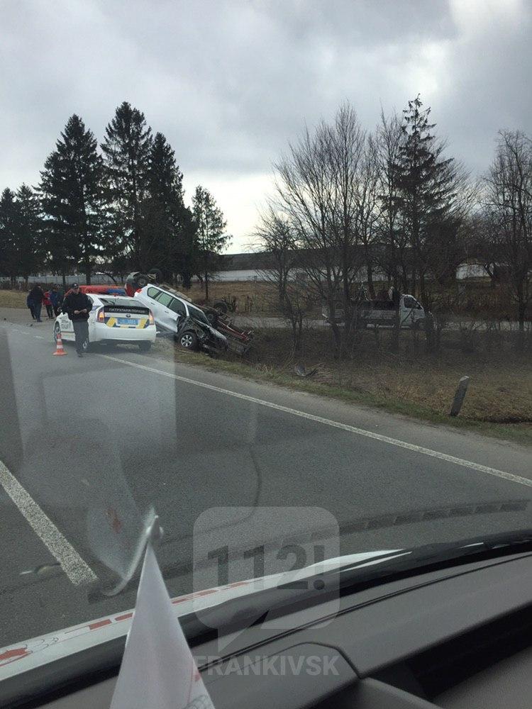 На Прикарпатті Toyota протаранив Mercedes, є травмовані (ФОТО)