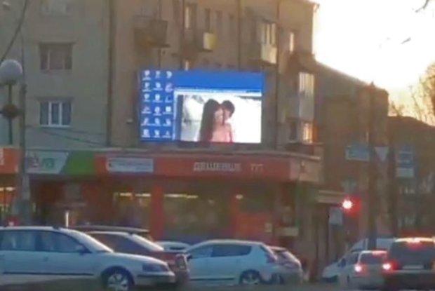 У Хмельницькому включили порно на великому екрані прямо посеред вулиці (ВІДЕО)