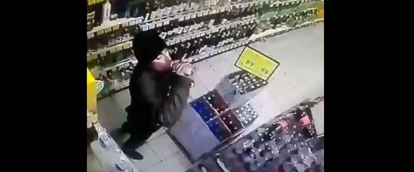 У калуському магазині чоловік випив горілку, не дійшовши до каси (ВІДЕО)
