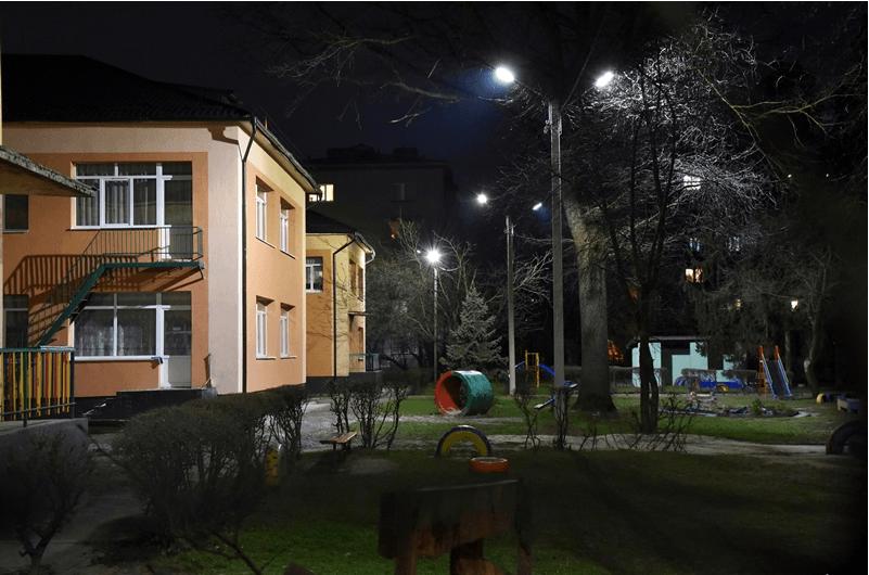 У подвір'ях двох дитсадків у Франківську встановилиLED-світильники (ФОТО)