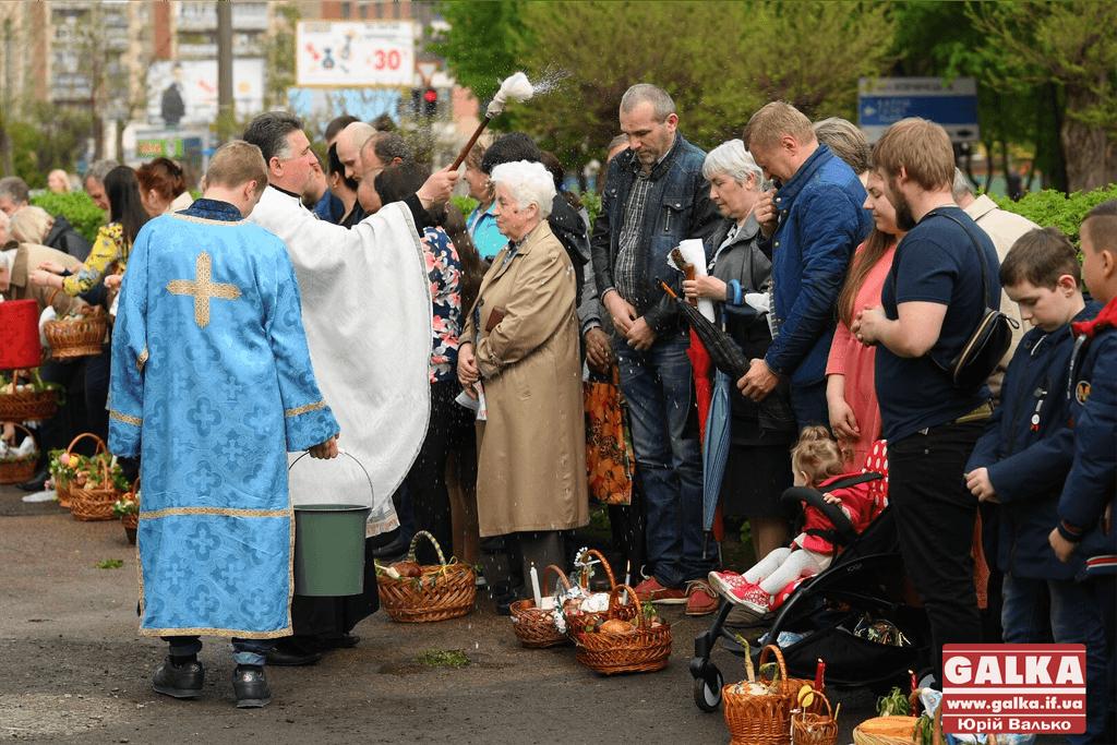Тисячі франківців йдуть до церков на освячення великодніх кошиків (ФОТО)