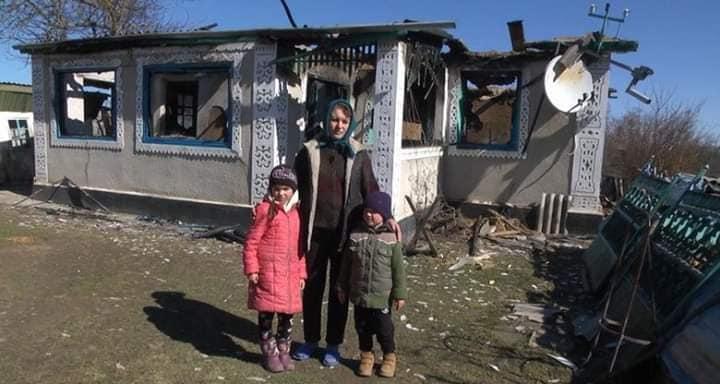 Прикарпатці допомогли сім'ї з Вінничини, яка змушена жити у хліву зі свинею через горе-батька (фоторепортаж)