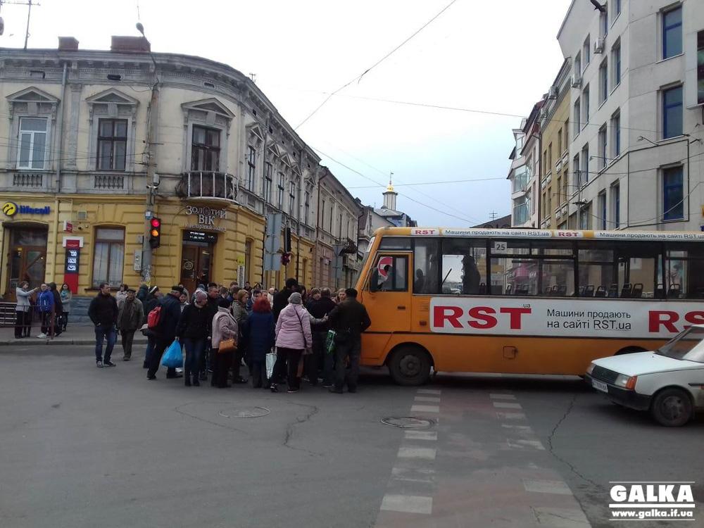 У жінки, яку збила маршрутка на Дністровській – струс мозку. Чоловік потерпілої розповів деталі ДТП