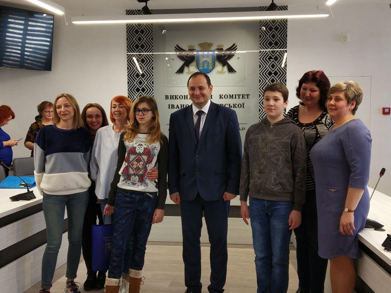 Одягнися в блакитне: у Франківську відзначають день поширення інформації про аутизм (ФОТО)