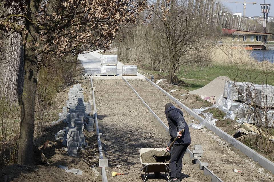 Навколо міського озера активізувалися ремонтні роботи (ФОТО)
