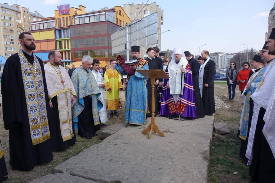 На конфліктній ділянці біля міського озера освятили капличку УПЦ (ФОТО)