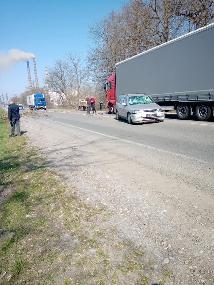 Під Бурштином на авто під час руху впало сухе гілля – машина врізалася у фуру (ФОТО, ВІДЕО)