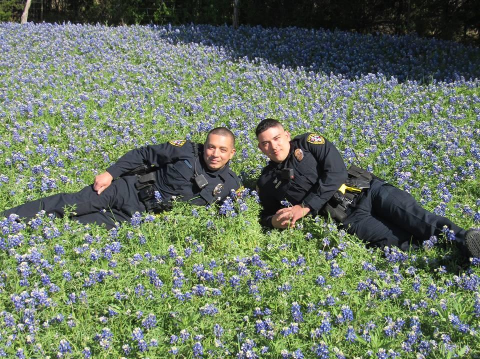 Техаські копи роблять фото на тлі квітів для нового флешмобу (ФОТО)