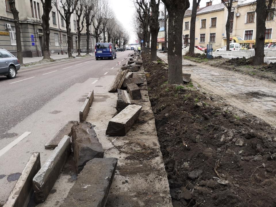 У сквері на Грюнвальдській тривають ремонтні роботи – демонтують покриття та кам'яні бордюри (ФОТО)