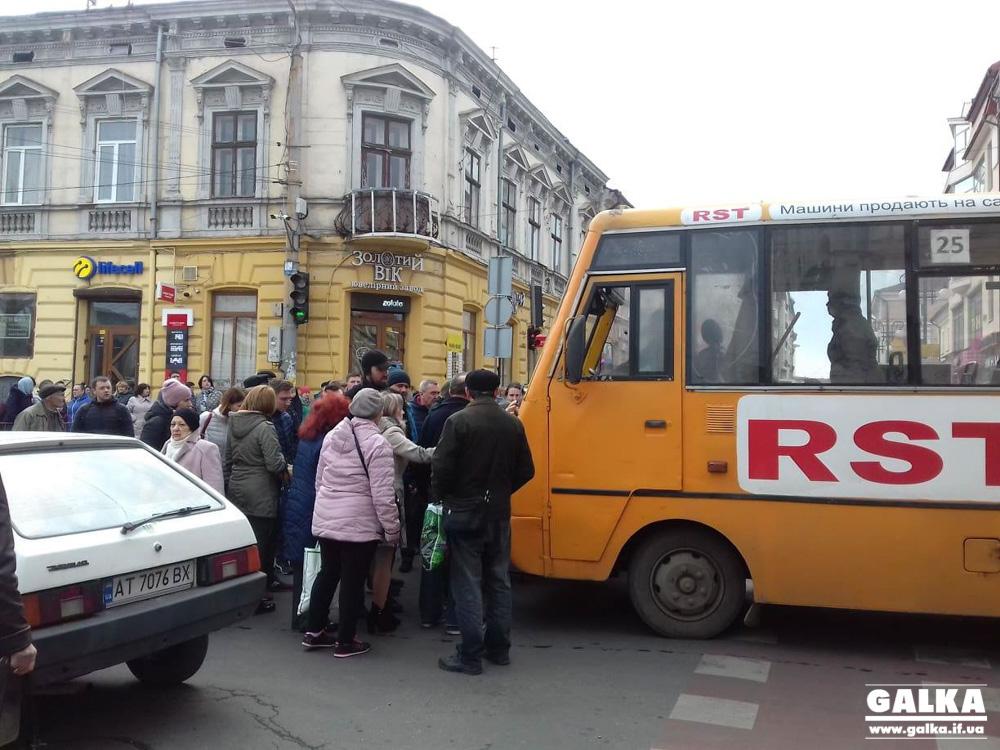 У центрі Франківська маршрутка збила дівчину на велодоріжці (ФОТО)