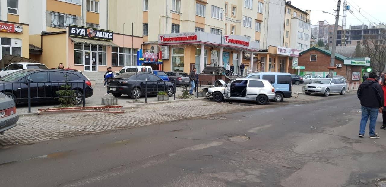 """На Незалежності водій """"Гольфа"""" розбив дві машини та втік з місця ДТП (ФОТО)"""
