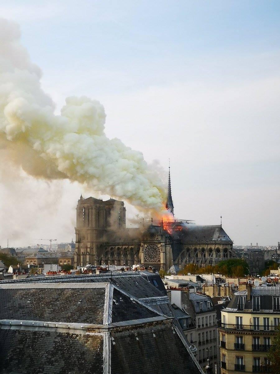 У Франції горить Собор Паризької Богоматері (ФОТО, ВІДЕО)
