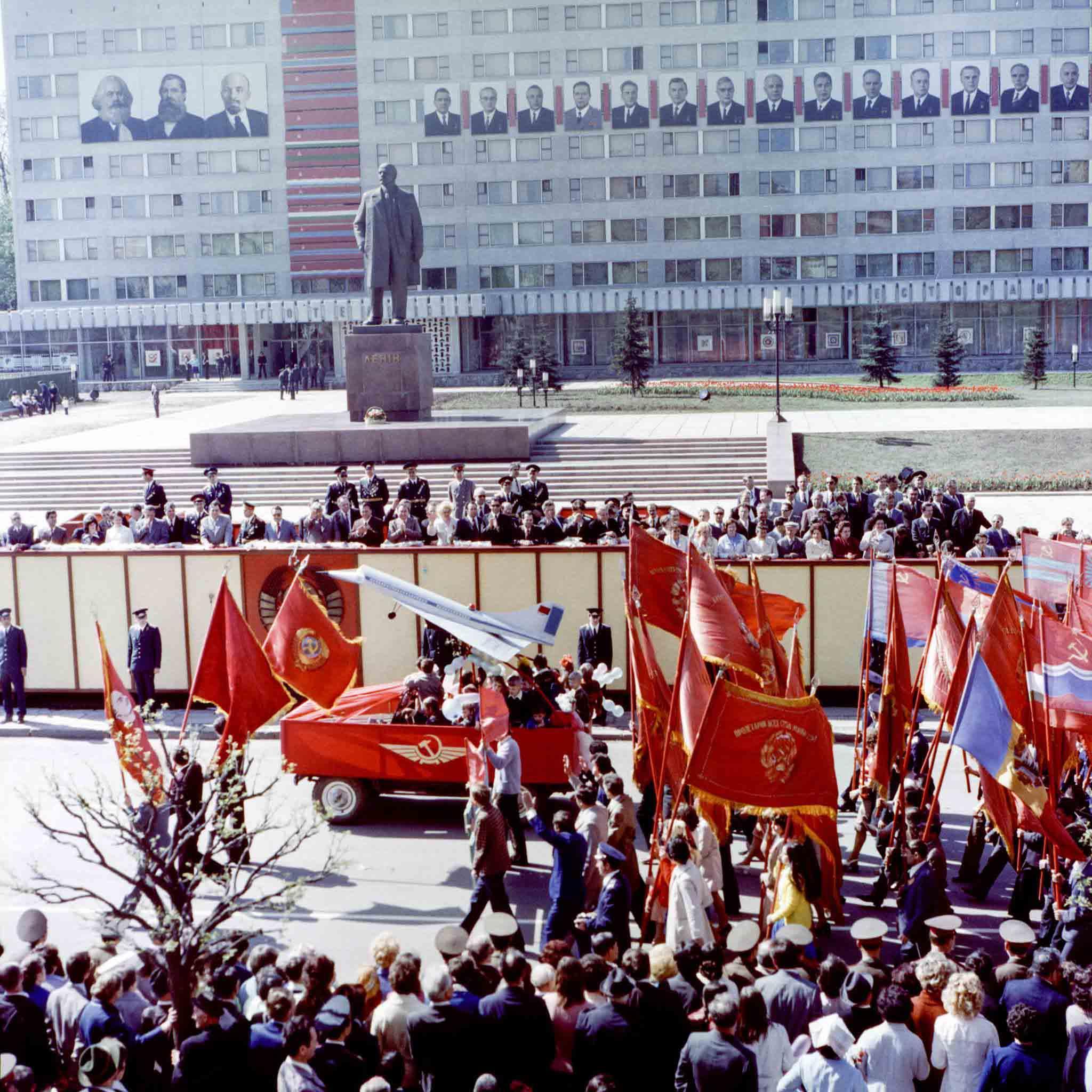Парад, транспаранти, недобудований драмтеатр. Як іванофранківці 42 роки тому першотравень зустрічали (ФОТО)