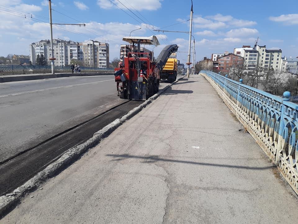 На мості через колію на Незалежності взялися повністю перестелювати асфальт (ФОТО)
