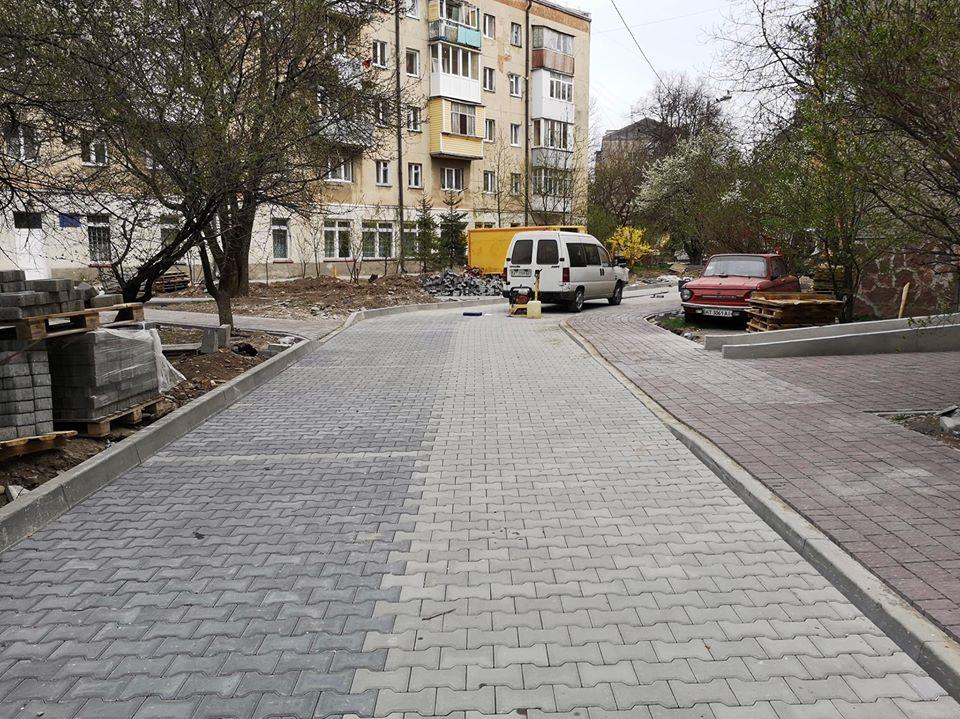 Триває капремонт великого двору на Коновальця – Слави Стецько  (фоторепортаж)