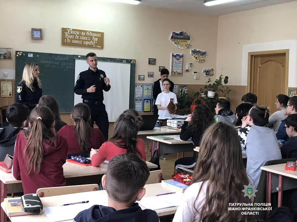 Франківським школярам патрульні розповідають про шкідливий вплив насваю (ФОТО)