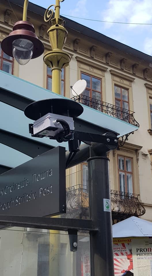 """На зупинці """"Пошта"""" встановили пристрій моніторингу якості повітря (ФОТО)"""