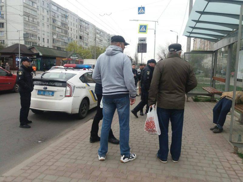 У Франківську на автобусній зупинці раптово помер чоловік (ФОТО)