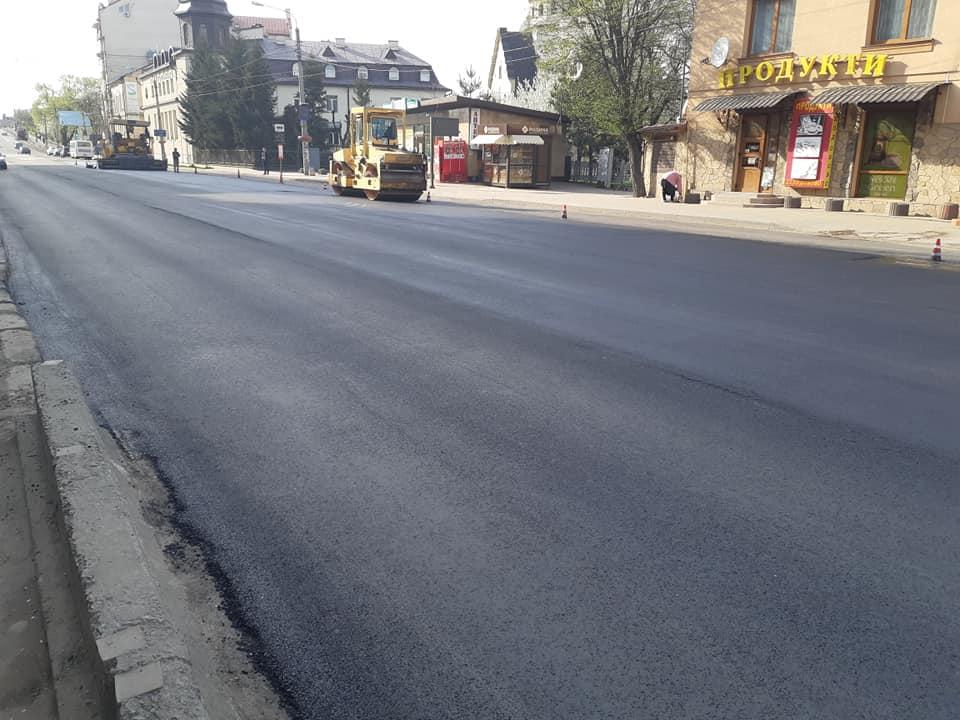 На «Майзлях» заасфальтували частину вулиці Незалежності (фоторепортаж)