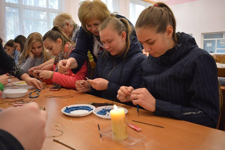 Прикарпатські студенти сплеливервички, які стануть пасхальним подарунком для воїнів (ФОТО)