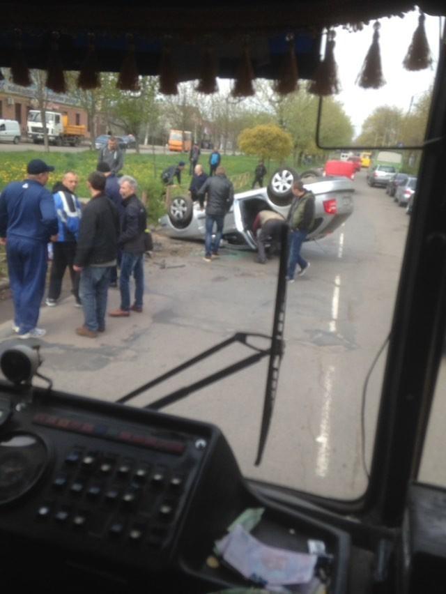 У Калуші перекинулася машина – водійка не помітила бетонну плиту (ФОТО)