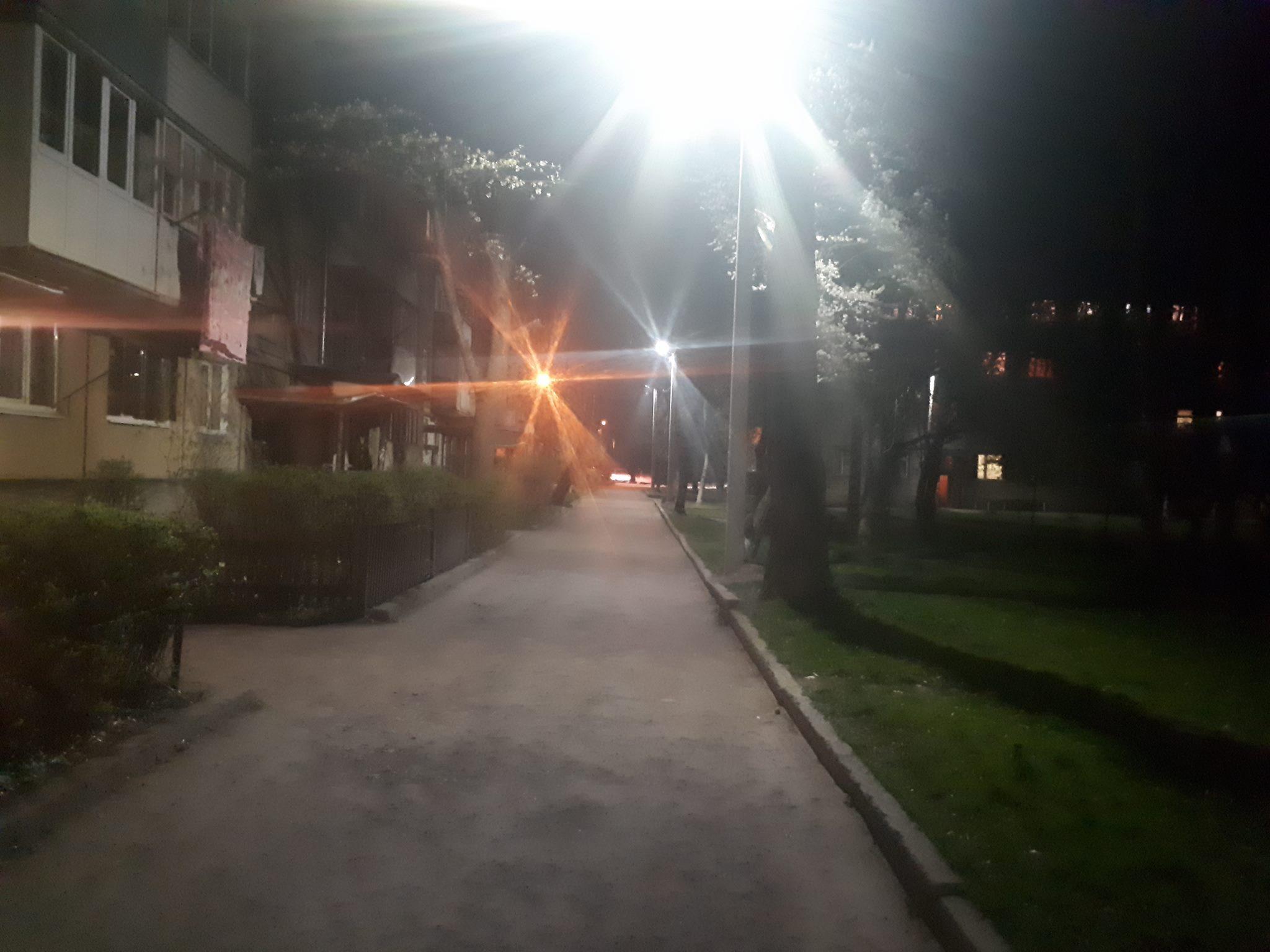 Двори на Довженка отримали нове вечірнє освітлення (ФОТО)
