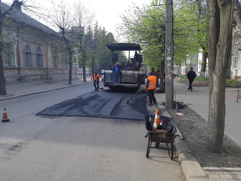 В Івано-Франківську кладуть асфальт по вулиці Коновальця (фоторепортаж)