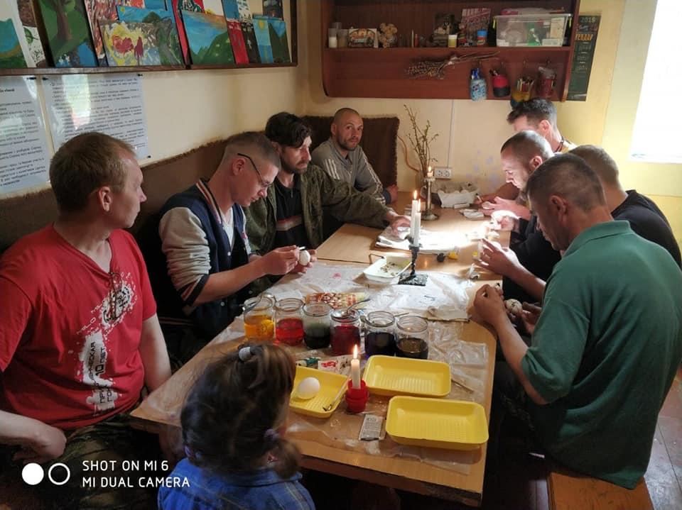 У Бандерівському Схроні вояки АТО на реабілітації малювали писанки (ФОТО)