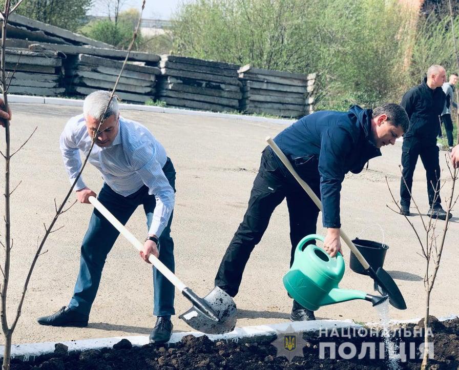 У формі та з лопатою: поліціянти Прикарпаття вийшли на толоку (ФОТО)