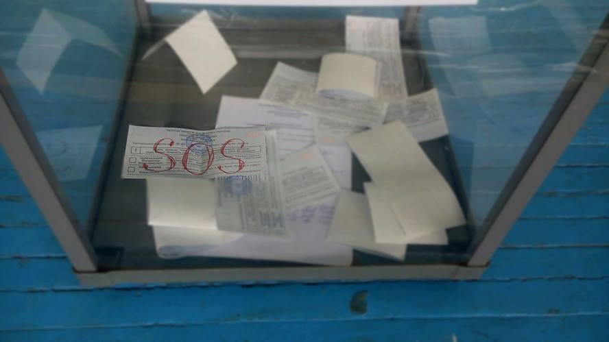 """SOS: на одній з Франківських дільниць виборець подав """"сигнал лиха"""" на бюлетені (ФОТОФАКТ)"""