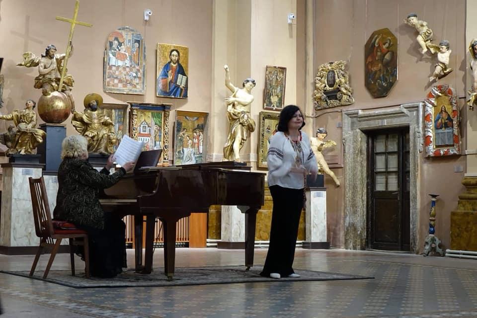 Солістка Центрального народного дому Леся Мельник дала концерт в Івано-Франківському художньому музеї (ФОТО)