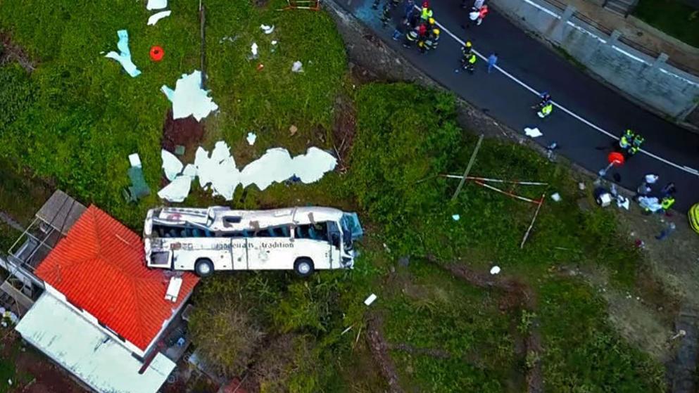 На Мадейрі перекинувся автобус з німецькими туристами: майже три десятки загиблих (ФОТО)