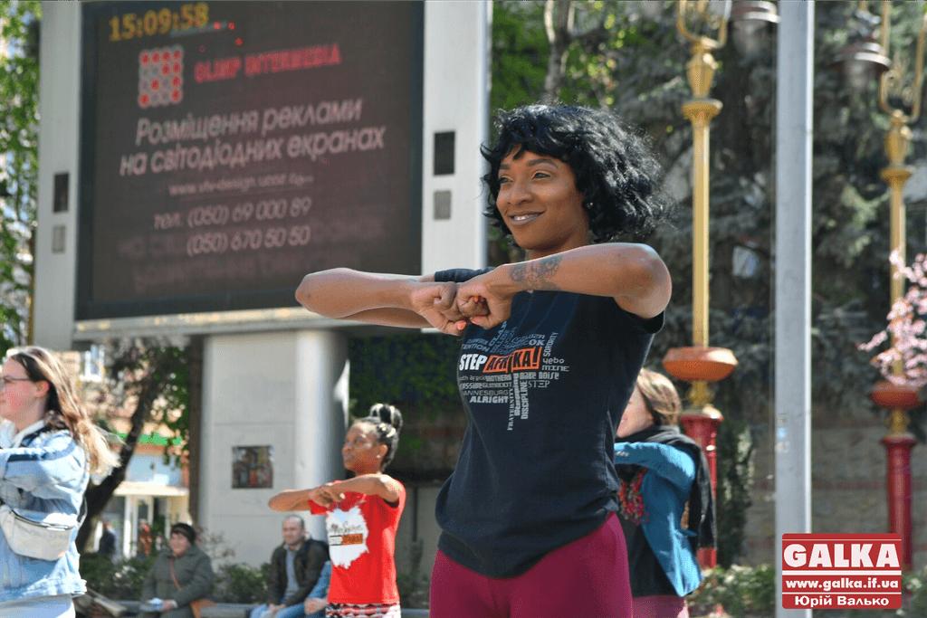Американці влаштували танці на Вічевому майдані  (фото+відео)
