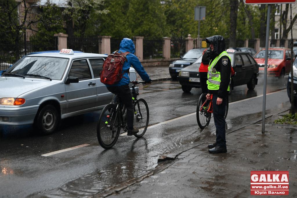 Поліціянти спільно з активістами нагадали франківським водіям про ПДР на велодоріжках (ФОТО)